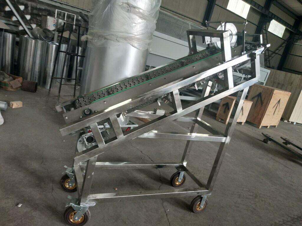 Cocoa pod lift and cut machine